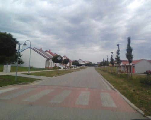 Výbojkové osvětlení se sloupy a kabeláží (Velké Pavlovice)