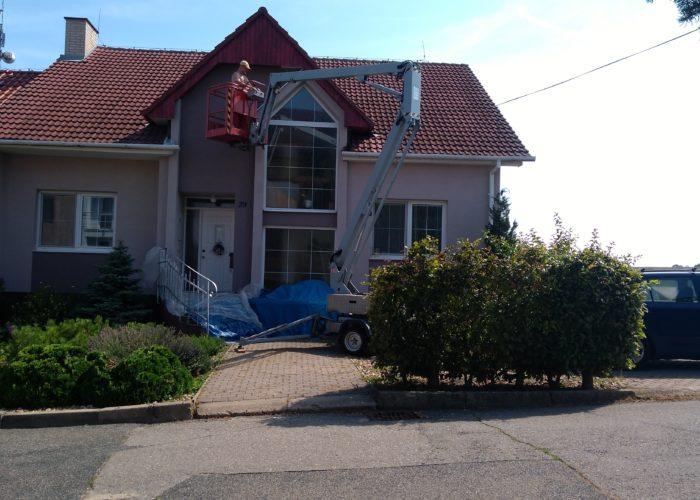 Vysokozdvižná plošina s obsluhou – nátěr podbití střechy (Velké Pavlovice)