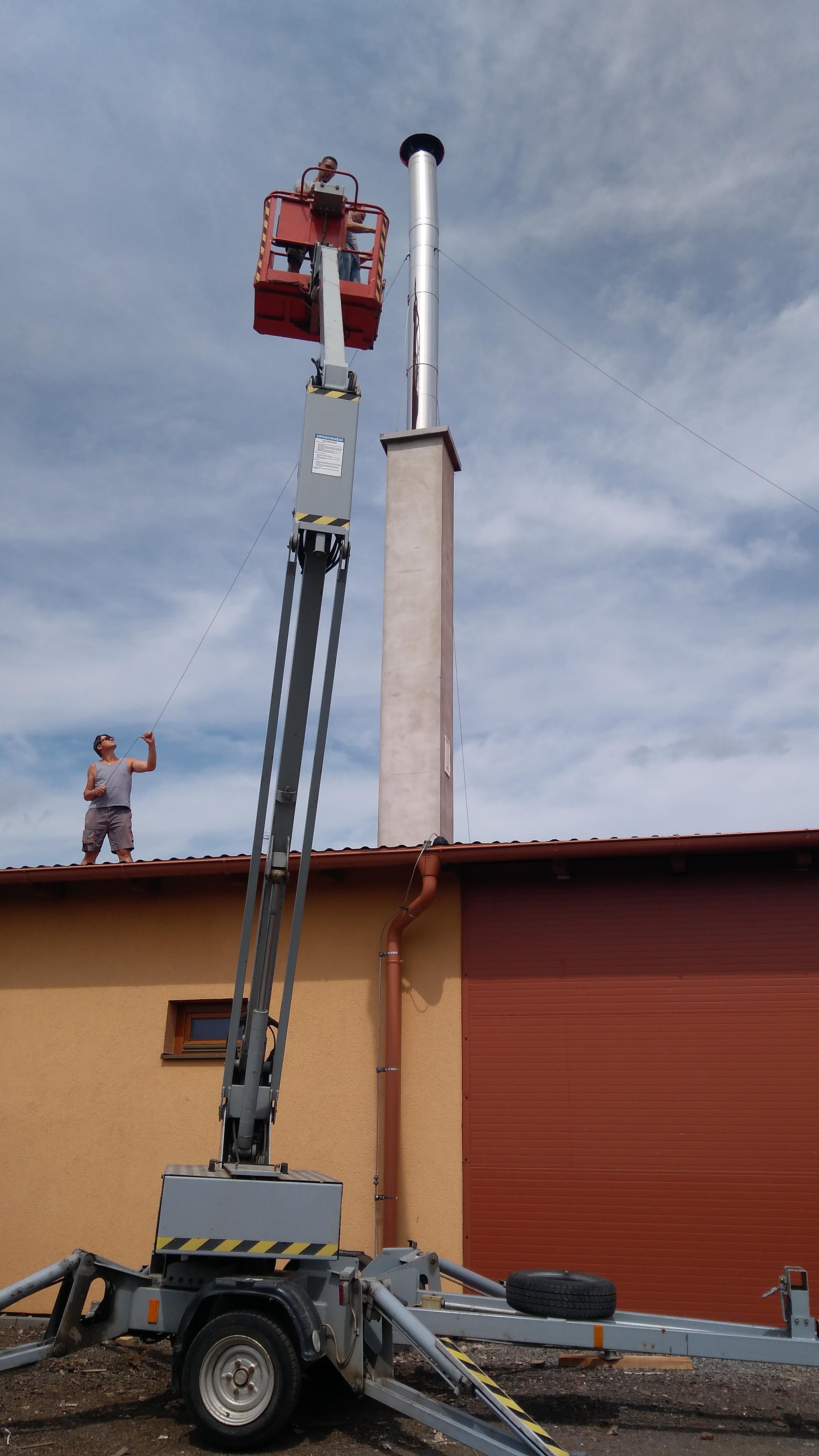Vysokozdvižná plošina s obsluhou – demontáž komínu (Velké Bílovice)