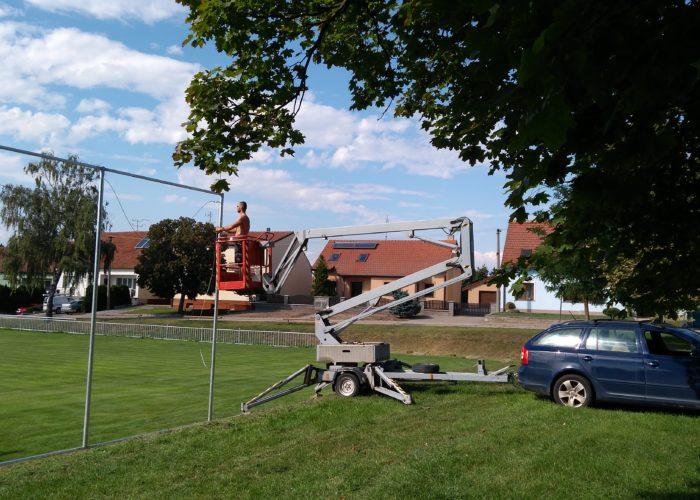 Vysokozdvižná plošina s obsluhou – montáž konstrukce ochranných sítí (Starovičky)
